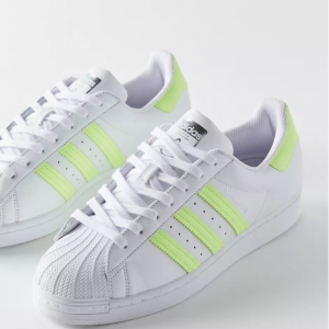 Urban Outfitters官網 adidas Originals Superstar 女款貝殼頭板鞋4.5折熱賣